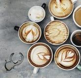 Вид с воздуха различных кофейных чашек Стоковые Фотографии RF