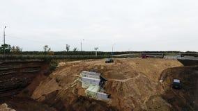 Вид с воздуха района строительства моста с путем оранжевого крана близрасположенным большим высоким видеоматериал