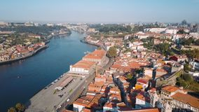 Вид с воздуха реки Дуэро и Ribeira, Порту, Португалии сток-видео