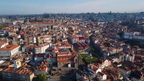 Вид с воздуха реки Дуэро и Ribeira, Порту, Португалии видеоматериал