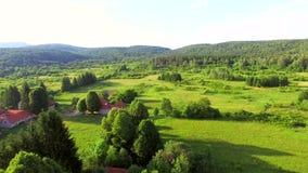 Вид с воздуха реки и окружать Jesenica в хорватской зоне Lika сток-видео