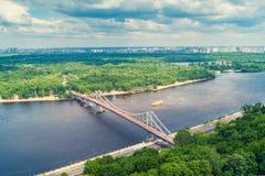 Вид с воздуха реки Dnieper, и пешеходный мост стоковая фотография rf