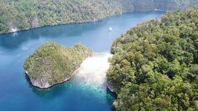 Вид с воздуха рифов и островов в заливе Alyui, радже Ampat сток-видео
