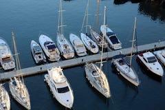 Вид с воздуха роскошных плавая яхт и шлюпок причаленных в порте Fontvieille в Монако стоковые фото