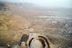 Вид с воздуха руин крепости короля Herod против долины на предгорьях в пустыне Judean, Израиле Остатки старого человека стоковые фото