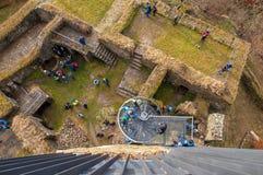 Вид с воздуха руин с много людей, Vysocina замка Orlik nad Humpolcem, чехии Стоковые Фотографии RF
