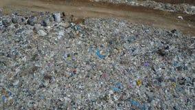 Вид с воздуха свалки мусора города Цыганская семья с детьми отделяет погань для того чтобы приобрести некоторые деньги сток-видео