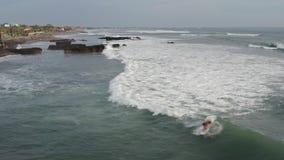 Вид с воздуха серфера ехать голубая океанская волна r видеоматериал