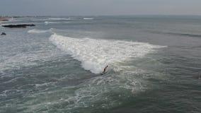 Вид с воздуха серфера ехать голубая океанская волна r акции видеоматериалы