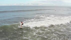 Вид с воздуха серфера ехать голубая океанская волна r сток-видео