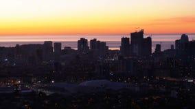 Вид с воздуха силуэтов небоскребов против захода солнца в большом городе видеоматериал
