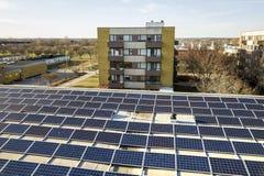 Вид с воздуха системы панелей голубого сияющего солнечного фото voltaic на коммерчески крыше производящ экологически чистую энерг стоковая фотография