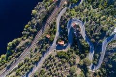 Вид с воздуха следов извилистой дороги и поезда вдоль Рекы Tagus около деревни Belver в Португалии Стоковые Изображения