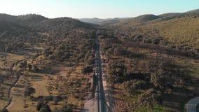 Вид с воздуха следов поезда Полет над деревьями Cazalla de Ла Сьерра видеоматериал