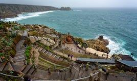 Вид с воздуха смотря вниз на этапе театра Minack с бурным морем в Корнуолле стоковая фотография rf
