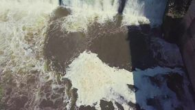 вид с воздуха Снятый водопада и старой запруды Ландшафт ЛЕТА Камера двигает от стороны реки перед акции видеоматериалы