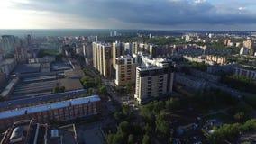 Вид с воздуха современного города на заходе солнца зажим Взгляд сверху города в лете на заходе солнца видеоматериал