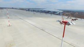 Вид с воздуха современного стержня международного аэропорта вокруг перемещая мира Пустая антенна авиапорта Взгляд  Стоковое Изображение RF