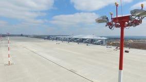Вид с воздуха современного стержня международного аэропорта вокруг перемещая мира Пустая антенна авиапорта Взгляд  Стоковые Изображения RF