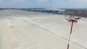 Вид с воздуха современного стержня международного аэропорта вокруг перемещая мира Пустая антенна авиапорта Взгляд  Стоковая Фотография RF