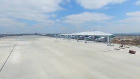 Вид с воздуха современного стержня международного аэропорта вокруг перемещая мира Пустая антенна авиапорта Взгляд  Стоковые Фотографии RF