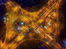 Вид с воздуха соединений шоссе Дороги моста формируют 8 или безграничность подписывает внутри структуру концепции архитектуры r стоковое изображение