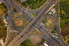 Вид с воздуха соединений шоссе Дороги моста формируют 8 или безграничность подписывает внутри структуру концепции архитектуры r стоковое изображение rf