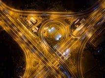 Вид с воздуха соединений шоссе Дороги моста формируют 8 или безграничность подписывает внутри структуру концепции архитектуры r стоковая фотография