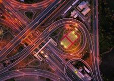 Вид с воздуха соединений шоссе Дороги моста формируют 8 или безграничность подписывает внутри структуру концепции архитектуры r стоковые изображения rf