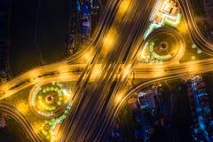 Вид с воздуха соединений шоссе Дороги моста формируют 8 или безграничность подписывает внутри структуру концепции архитектуры r стоковое фото