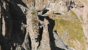 Вид с воздуха составленных утесов с крошить твердые частицы Клетчатые утесы Камень остается деревьев кремния Россия северная видеоматериал