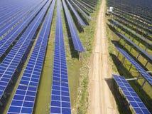Вид с воздуха станции солнечной энергии стоковые изображения rf