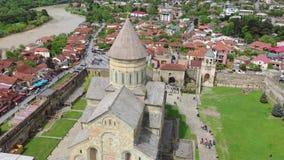 Вид с воздуха старого города Mtskheta и собора Svetitskhoveli видеоматериал