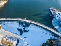 Вид с воздуха стены запруды Brucher около Marienheide в зиме стоковая фотография rf