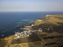 Вид с воздуха страны Orzola и изрезанного берега острова Лансароте, Канарских островов, Испании вышесказанного стоковые фотографии rf