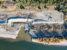 Вид с воздуха строительной площадки на речном береге с e стоковое фото rf