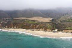 Вид с воздуха сценарного пляжа в северной калифорния стоковые фото