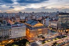 Вид с воздуха театра Колумбуса двоеточия Teatro и 9 de Джулио Бульвара на заходе солнца - Буэноса-Айрес, Аргентины стоковые фото