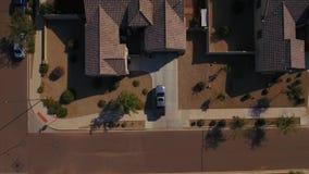 Вид с воздуха тележки вытягивая в жилой гараж сток-видео