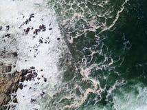 Вид с воздуха Тихого океана и скалистого побережья Стоковые Фотографии RF