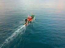 Вид с воздуха традиционной шлюпки fisher в море стоковые изображения rf
