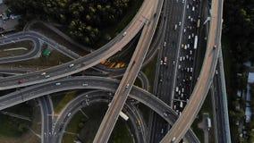 Вид с воздуха транспортной развязки с двигая автомобилями Славный выравниваясь отснятый видеоматериал пересечения дороги на шоссе акции видеоматериалы