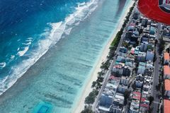 Вид с воздуха тропических Maldive зданий и пляжа города от se Стоковое фото RF