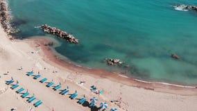 Вид с воздуха тропического пляжа моря Океан с лазурной водой Красивое море с песчаным пляжем Береговая линия с утесами и песками  видеоматериал