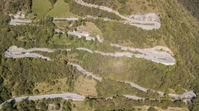 Вид с воздуха трутня дороги горы в Италии которая подключает деревню Nebro к Selvino стоковое изображение