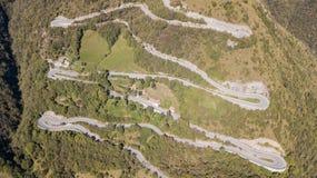 Вид с воздуха трутня дороги горы в Италии которая подключает деревню Nebro к Selvino стоковая фотография