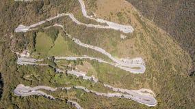 Вид с воздуха трутня дороги горы в Италии которая подключает деревню Nebro к Selvino стоковое фото rf