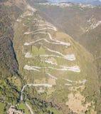 Вид с воздуха трутня дороги горы в Италии от деревни Nembro к Selvino стоковое фото rf