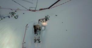 Вид с воздуха трутня лыжников принимая подвесной подъемник, катание на лыжах ночи на лыжном курорте Monte Pora видеоматериал