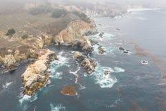 Вид с воздуха туманной береговой линии в северной калифорния стоковое изображение